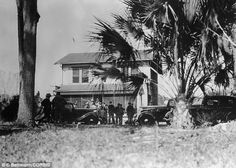 Taken directly after the raid this picture shows the house where Fred and Ma Barker were both were slain after a four hour gun battle with the F. Ma Barker came from a wondeful family.They did not know what happened to make her so mean. Marion County Florida, Old Florida, Famous Outlaws, Real Gangster, Bonnie N Clyde, Interesting History, Interesting Photos, Picture Show, American History