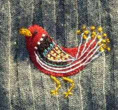 upplivad gammal tröja ♒ Enchanting Embroidery ♒ Embroidered bird as sweater darn♒ Enchanting Embroidery ♒ Embroidered bird as sweater darn Embroidery Applique, Embroidery Stitches, Alter Pullover, Embroidered Bird, Make Do And Mend, Wool Applique, Fabric Art, Textile Art, Needlework