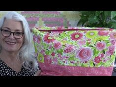 Sew a Large Zippered Storage Bag – No Templates Required A free video sewing tutorial from Sew Very Easy Bag Patterns To Sew, Tote Pattern, Sewing Patterns, Quilting Patterns, Modern Quilting, Wallet Pattern, Zipper Pouch Tutorial, Tote Tutorial, Tutorial Sewing