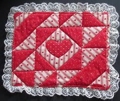Cute mug rug! Crafts To Make And Sell, Cute Mugs, Mug Rugs, Machine Quilting, Accent Decor, Printing On Fabric, Red And White, Quilts, Heart Print