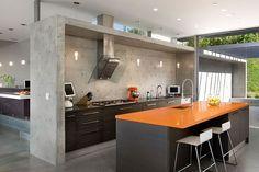 Industriële look van een keuken - 6 ingredienten, veel inspiratie, tips en advies - Door middel van een koof in beton, krijgt de hele keuken ook al een industriële look. - More industrial look kitchen interior design inspiration on www.stylingblog.nl