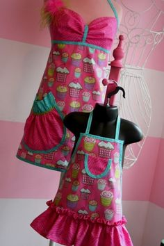 Mother-daughter matching aprons...I WANT these!
