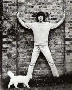 Posando a lo estrella de mar. George Harrison