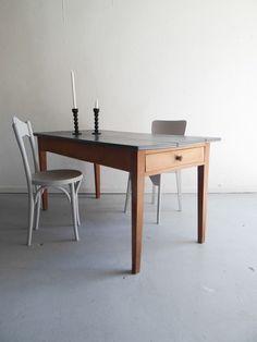 table de ferme, 1 tiroir à chaque extrémité. Plateau repeint en gris anthracite et entièrement patiné à la cire. Parfaite pour les petits espaces !...