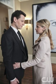 Ioan Gruffudd as Andrew Martin and Sarah Michelle Gellar as Siobhan Martin/Bridget Kelly in Ringer