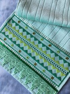 Toalha Verde de lavabo bordada a mão no Elo7 | TerrariArt (D47354) Hand Embroidery Patterns, Embroidery Applique, Bargello, Swedish Weaving, Chicken Scratch, Diy And Crafts, Blanket, Crochet, Hand Embroidery Flowers
