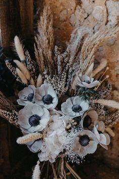 Allier fleurs fraîches et fleurs séchées pour un bouuet singulier et bohème. photo @masaephotographie Photos, Fresh Flowers, Strawberry Fruit, Atelier, Pictures