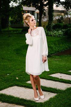 Das Brautkleid kurz Vintage ist schwer kurz zu beschreiben. Entdecke es hier gleich selbst & verliebe dich in die Ballonärmel und die unkomplizierte Seide!