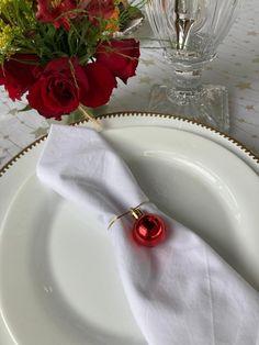 Decoração de natal com flores naturais e bolinha de natal Napkin Rings, Home Decor, Christmas Decor, Meals, Decoration Home, Room Decor, Home Interior Design, Napkin Holders, Home Decoration