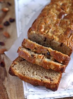 The flavors in this quick bread recipe are perfect for fall! Make this apple almond cranberry quick bread for chilly autumn mornings or to bring to Thanksgiving dinner! | honeyandbirch.com