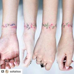 Tatuaggio a braccialetto realizzato da @soltattoo. Davvero delicatissimo  ...... #wristtattoo #tattoomuse #tattooinspiration #delicatetattoo #tatuaggiofloreale