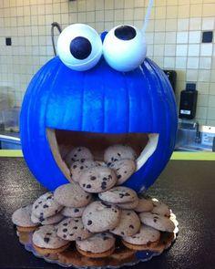 Save this DIY Halloween pumpkin carving idea to make a Cookie Monster pumpkin. Diy Halloween, Deco Haloween, Halloween Infantil, Holidays Halloween, Halloween Treats, Happy Halloween, Halloween Decorations, Cookie Monster Halloween Costume, Macaron Le Glouton