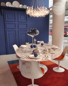 The table we want and the light fixture I love! The Conran Shop Autumn Displays. Saarinen Table, Dining Table Chairs, Eero Saarinen, Dining Room, Home Garden Design, Home Design, Retro Interior Design, Modern Baroque, Shop Interiors