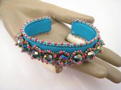 Perlenstickerei Armband Türkisfarbene Armspange Türkis von BeadFizz