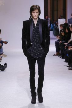 The complete Balmain Fall 2018 Menswear fashion show now on Vogue Runway. Male Fashion Trends, Men Fashion Show, Fashion Show Collection, Trendy Fashion, Mens Fashion, Fashion Tips, Cheap Fashion, Fashion Boots, Fashion Ideas