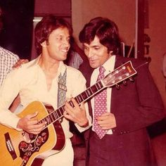 A 1976 photo showing famous Pakistani pop star, Alamgir, sharing a joke with popular TV actor and comedian, late Moin Akhtar.