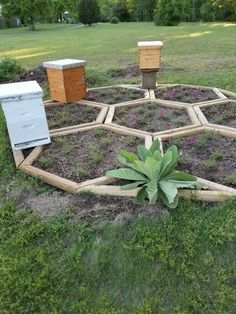 Plan Potager Permaculture, Farm Gardens, Outdoor Gardens, Bee Hive Plans, Honey Bee Hives, Honey Bees, Bee Boxes, Bee Hives Boxes, Bee Farm