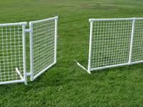 pvc pipe fencing - I wonder if I could carry enough of this to make a pen next to my campervan Pvc Pipe Crafts, Pvc Pipe Projects, Outdoor Projects, Lean To Greenhouse Kits, Dome Greenhouse, Pipe Fence, Dog Fence, Portable Fence, Pvc Furniture