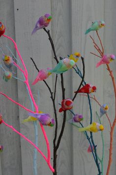 Love the neon pink painted branch. Easy DIY idea for spring home decoration. Easter? With bunnies instead birds