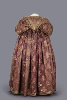 Women's overgown, belonged to Magdalena Sibylla of Saxony silk, gold trim, gold posament buttons (Staatliche Kunstsammlungen Dresden) 17th Century Clothing, 17th Century Fashion, Historical Costume, Historical Clothing, Baroque Fashion, Vintage Fashion, Or Violet, Online Collections, Women In History