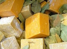 How to Make Lye-Free Soap - Lye-free soap is gentler on the skin and more suitable if you have sensitive skin issues. It is also safer to make than lye-based soap, and you can add a variety of herbs or aromatic oils to make your soap even more luxurious. How To Make Lye, How To Make Homemade, Soap Making Recipes, Homemade Soap Recipes, Diy Savon, Lye Soap, Easy Homemade Gifts, Olive Oil Soap, Vegan Soap