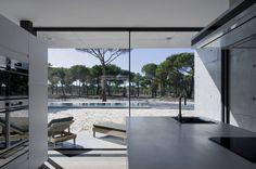 Casa na Comporta : Cozinhas modernas por RRJ Arquitectos
