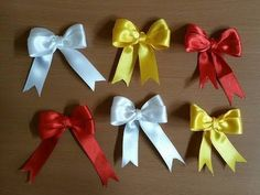 Un viandante in cucina: Tutorial: bow perfect double in 30 seconds Ribbon Flower Tutorial, Bow Tutorial, Ribbon Hair Bows, Diy Ribbon, Diy Crafts For Gifts, Paper Crafts, Hand Embroidery Videos, Diy Bow, How To Make Bows
