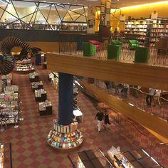 Saindo do Teatro Eva Herz na Livraria Cultura SP! Pra quem ama os livros simplesmente um luxo!  @joaolgelias @cristina_nascimento_joias @marinasauer