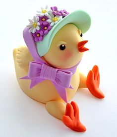 Tutorial - how to form a chicky chick by Spatula Sisterhood porcelana fria… Easter Cake Tutorials, Cake Decorating Tutorials, Cookie Decorating, Fondant Toppers, Fondant Cakes, Marzipan, Biscuit, Fondant Animals, Fondant Tutorial