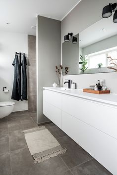 Minimalist Apartment, Minimalist Bathroom, Modern Minimalist, Bad Inspiration, Bathroom Inspiration, Small Bathroom, Design Bathroom, Bathrooms, Double Vanity