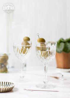 Emblème de richesse depuis sa première apparition sur papier dans le Bartender's Manual depuis les années 1880, ce cocktail classique est devenu, dans les années 50 et 60, une mesure du temps pour les hommes d'affaires. À l'époque, on avait des «dîners trois Martinis», et pas un de moins! Il a même donné son nom …