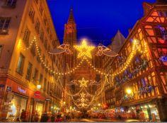 """フランス、アルザス地方の街""""ストラスブール"""" ここはかつてドイツ領でもありドイツとすぐ隣り合わせに位置するためゲルマン文化が入り交じった文化遺産が多く残っています。 そして何と言ってもクリスマスの都。 フランス最古の歴史を持つ""""クリスマスマーケット""""は街全体が美しいクリスマスの雰囲気で盛り上がり世界中から訪れる人々を魅了します。"""