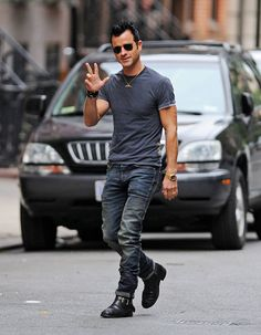Justin Theroux i like his hair and fashion style Dussert Dussert Justin Theroux, Sharp Dressed Man, Well Dressed, Jamie Dornan, Raining Men, Men Dress, Hot Guys, How To Look Better, Menswear