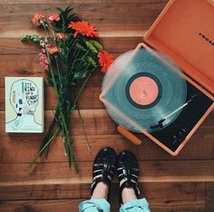 We know you have been waiting for some vintage DIY ideas to start changing your decoration. Nothing better than a 'do it yourself' tips so you Music Aesthetic, Korean Aesthetic, Aesthetic Boy, Aesthetic Vintage, Aesthetic Pictures, Grunge, Good Vibe, Record Players, Estilo Retro