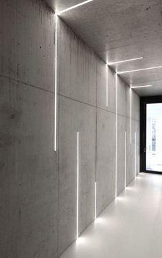 profilés LED encastrés dans les murs et le plafond en béton via Atelier Zafari Architecture Office Interior Design, Office Interiors, Office Designs, Interior Lighting Design, Interior Ideas, Design Offices, Architectural Lighting Design, Interior Led Lights, Lobby Interior