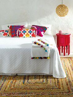 Dormitorio en tonos blancos con colores