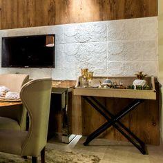 Lindo detalhe do painel com Revestimento Memorare da Maski na Casa Cor RN. Projeto de Ginany Gosson. #Maski #revestimento #cimenticio #tendência #instadecor #interiores #renda #parede #interiordesign #tile #concrete #handmade