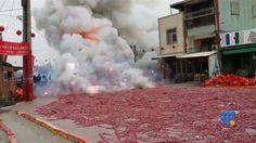 Des pétards ont risqué de mettre le feux à tout un quartier en Chine http://www.noemiconcept.com/index.php/fr/departement-informatique/webbuzz-tech-info/206568-webbuzz-du-08-12-2014--chine-un-peu-trop-de-p%C3%A9tards-china-too-much-firecracker.html#video