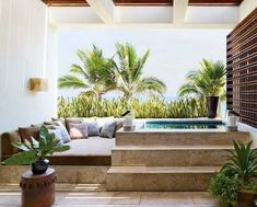 exotische Pflanzen-Gartenterrasse mit Whirlpool-Ort zum Relaxen