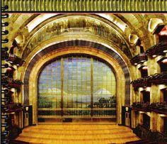 Palacio de Bellas Artes  Posee un telón de cristal que pesa 24 toneladas, mide 12.50 metros de alto por 14 metros de ancho y tiene las imágenes de los volcanes Popocatépetl e Iztaccíhuatl. El telón es una especie de compuerta para proteger a los espectadores en caso de iniciarse un incendio en el foro.  Sorprende a propios y extraños por la fastuosidad de su arquitectura en la que se integran de manera armónica y elegante dos estilos, el Art Nouveau de su exterior con el Art Deco del…