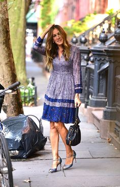 Sarah Jessica Parker gibt Major Carrie Bradshaw Vibes in NYC ab - Hallo Liebhaber! Sarah Jessica Parker gibt Major Carrie Bradshaw Vibes in NYC ab - Love Fashion, Fashion Outfits, Womens Fashion, Carrie Bradshaw Outfits, Sarah Jessica Parker Lovely, Newspaper Dress, Basic Outfits, Casual Street Style, Beautiful Outfits