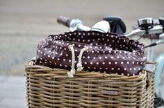 Ich zeige dir in dieser kostenlosen Nähanleitung wie du dir eine Tasche für den Fahrradkorb nähen kannst.