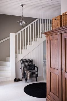 Love the stairs. Entry Stairs, Entry Hallway, House Entrance, Dream Rooms, Home Interior, Stairways, Home Decor Inspiration, Old Houses, Home Fashion