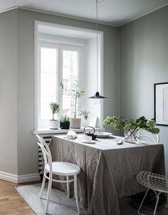 Inviting kitchen dining area - via Coco Lapine Design Dinning Table Design, Wooden Dining Tables, Dining Area, Dining Rooms, Cozy Kitchen, Kitchen Dining, Kitchen Ideas, House Ideas, Small Room Design