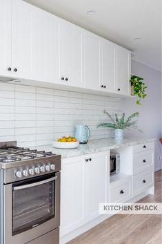 White Shaker Kitchen, Shaker Style Kitchens, Black Kitchens, Kitchen Cabinet Handles, Kitchen Cabinets, Hamptons Kitchen, Updated Kitchen, Kitchen Styling, Traditional House