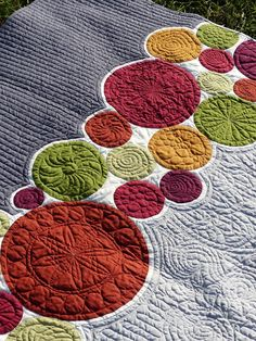 - Bubbles for Malcolm I love the idea of letting a border of circles be the focus of a quilt Of course the expanse of the solid can be done in a large bold print, with the circles done in coordinating solids ! Patchwork Quilting, Quilt Stitching, Longarm Quilting, Quilting Tips, Free Motion Quilting, Applique Quilts, Quilting Projects, Modern Quilting, Quilt Modernen