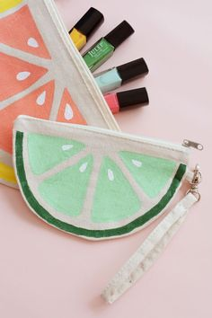 DIY Citrus Slice Makeup Bags. Que tan adorables son estas bolsas para maquillaje…