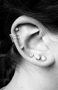 Ear cuff - Ear cuff gold - Conch ear cuff - Huggie ear cuff - Ear cuff no piercing - Minimalist ear cuff - Hoop ear cuff - Gold cz ear cuff - Custom Jewelry Ideas Piercing Tattoo, Auricle Piercing, Ear Peircings, Et Tattoo, Body Piercing, Tongue Piercings, Cartilage Piercings, Piercings Bonitos, Emerald Earrings