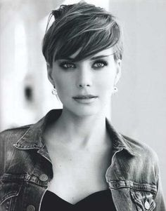 Women and girls with oval faces must try this haircut. This is a pixie haircut with the side bangs. This hairstyle will give you a trendy look and, to some extent, will give you a funky look. People will definitely appreciate your new look. Oval Face Hairstyles, Cool Short Hairstyles, Short Pixie Haircuts, 2015 Hairstyles, Short Hairstyles For Women, Girl Hairstyles, Edgy Haircuts, Hairstyle Short, Girl Short Hair