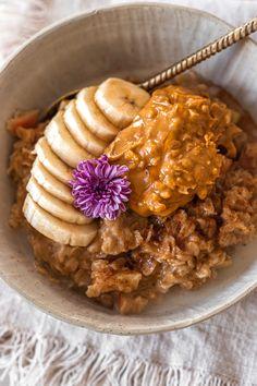 Sorry guys, I'm on the Apple & Cinnamon Porridge bandwagon again.... Recipe in precious posts 👈🏻👈🏻👈🏻👈🏻 Tag me if you make it! 📸 Cinnamon Porridge Recipes, Vegan Kitchen, Apple Cinnamon, Plant Based, Food Photography, Easy Meals, Posts, Guys, Breakfast